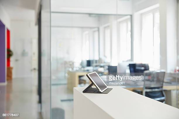 interior of bright modern office with digital tablet on ledger - onscherpe achtergrond stockfoto's en -beelden