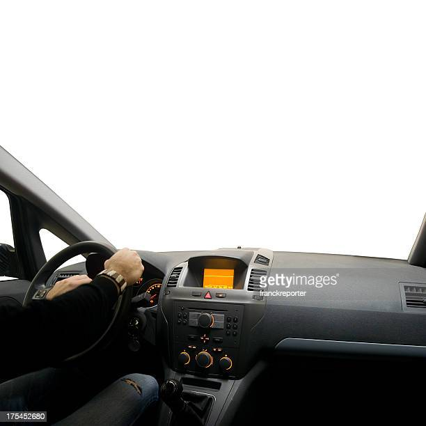 Interior del coche con un conductor aislado sobre blanco