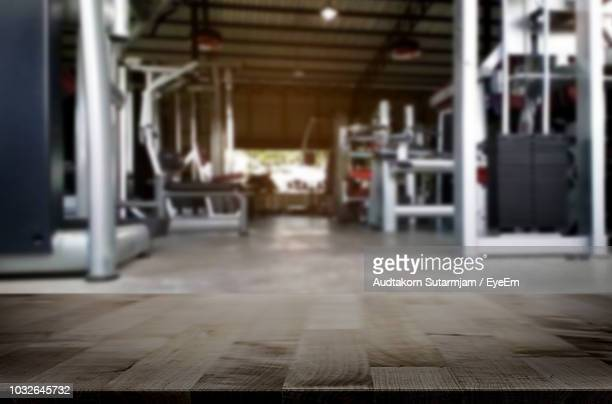interior of empty gym - ausência imagens e fotografias de stock