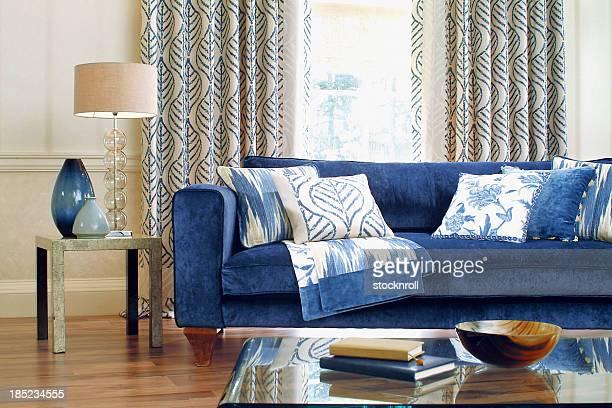 インテリアの正式なソファー、クッション付きの窓