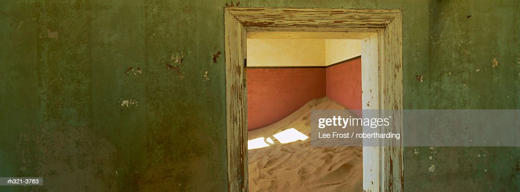 Interior of German house in the deserted mining town of Kolmanskop in the Restricted Diamond area on the south west coast, near the town of Luderitz, Namibia, Africa : Stockfoto