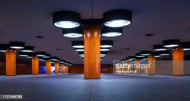 interior of illuminated subway station - u bahnstation stock-fotos und bilder
