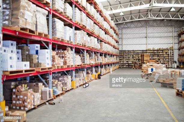 大規模な倉庫の内部 - 中南米 ストックフォトと画像