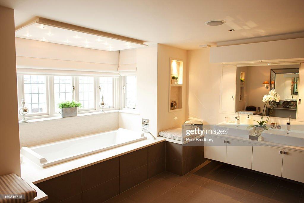 Interieur Des Modernen Badezimmer Und Badewanne Stock-Foto | Getty ...