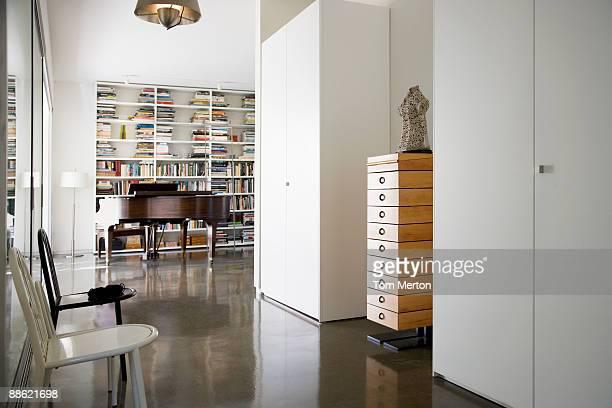 Intérieur de la maison moderne, piano à queue