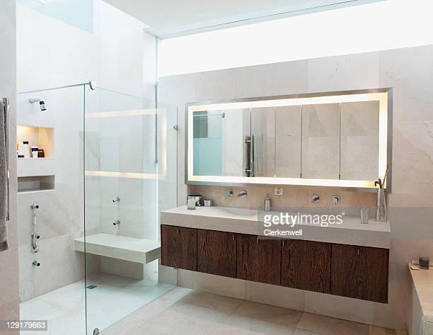 Intérieur moderne de salle de bains principale