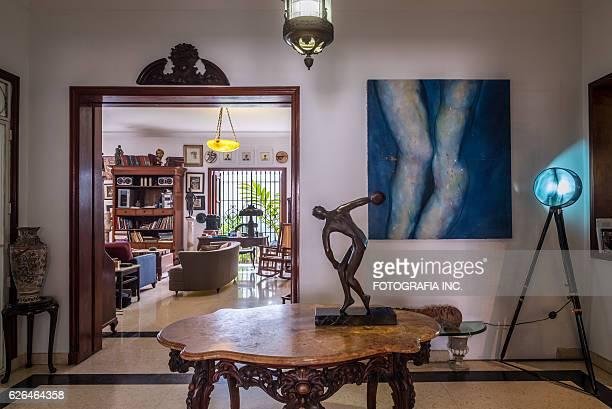 innenansicht des alten havanna-villa - skulptur kunstwerk stock-fotos und bilder