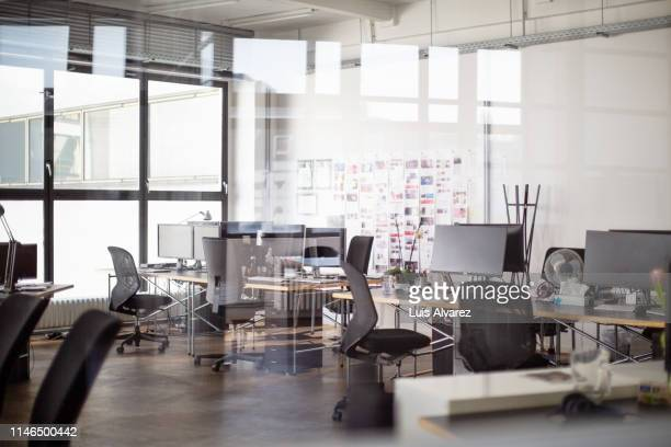 interior of open office - niemand stock-fotos und bilder