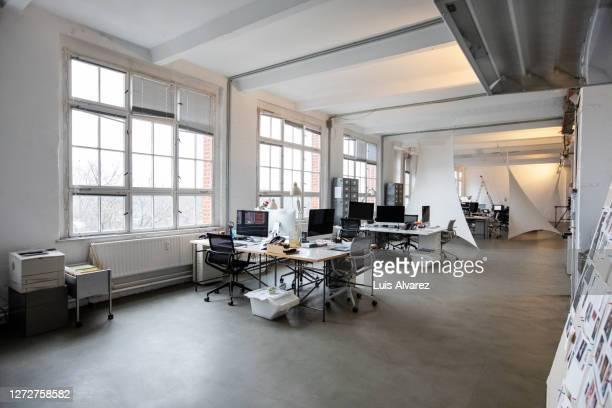 interior of open plan office - großraumbüro stock-fotos und bilder