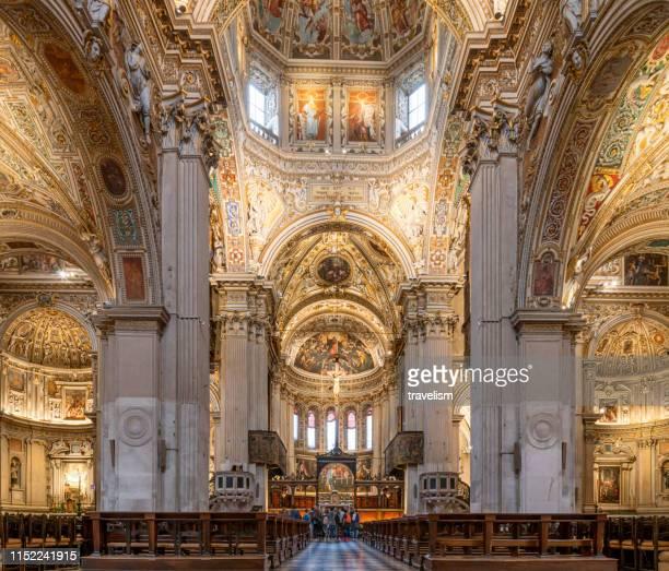 innenraum der kirche santo spirito (heiliger geist) in bergamo, italien - bergamo stock-fotos und bilder