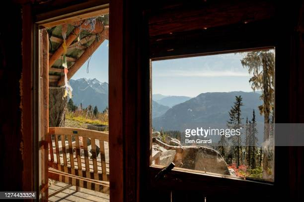 interior of secluded emergency cabin in mountains, pemberton, british columbia, canada - 小屋 ストックフォトと画像