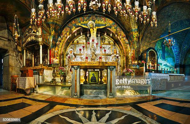 interior of the church of the holy sepulchre - chiesa del santo sepolcro foto e immagini stock