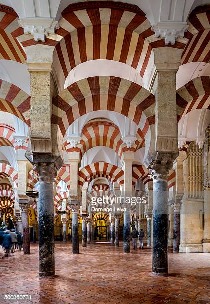 interior of the great mosque - córdoba - fotografias e filmes do acervo
