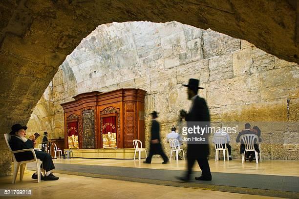 interior of the synagogue at the western wall - muro de las lamentaciones fotografías e imágenes de stock