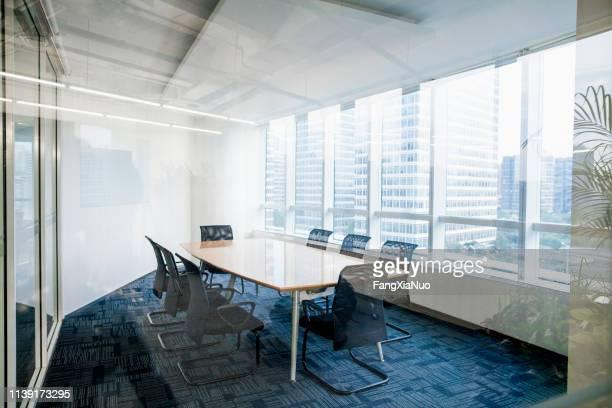 オフィスビルの近代的な設計された会議室のインテリアショット - 運営委員会 ストックフォトと画像