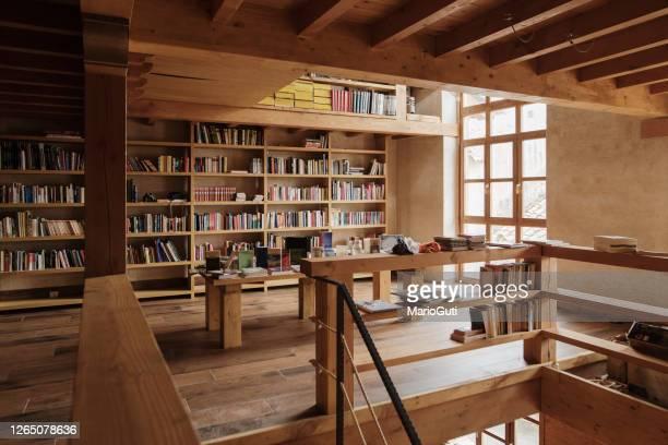 vista interna di una biblioteca - libreria foto e immagini stock