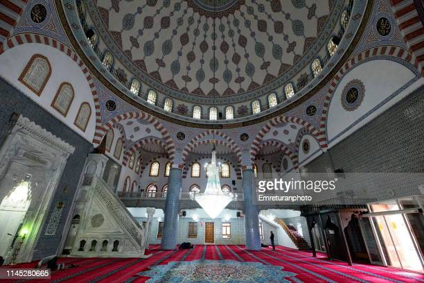 interior view of dergah mosque with praying people in şanlıurfa. - emreturanphoto - fotografias e filmes do acervo