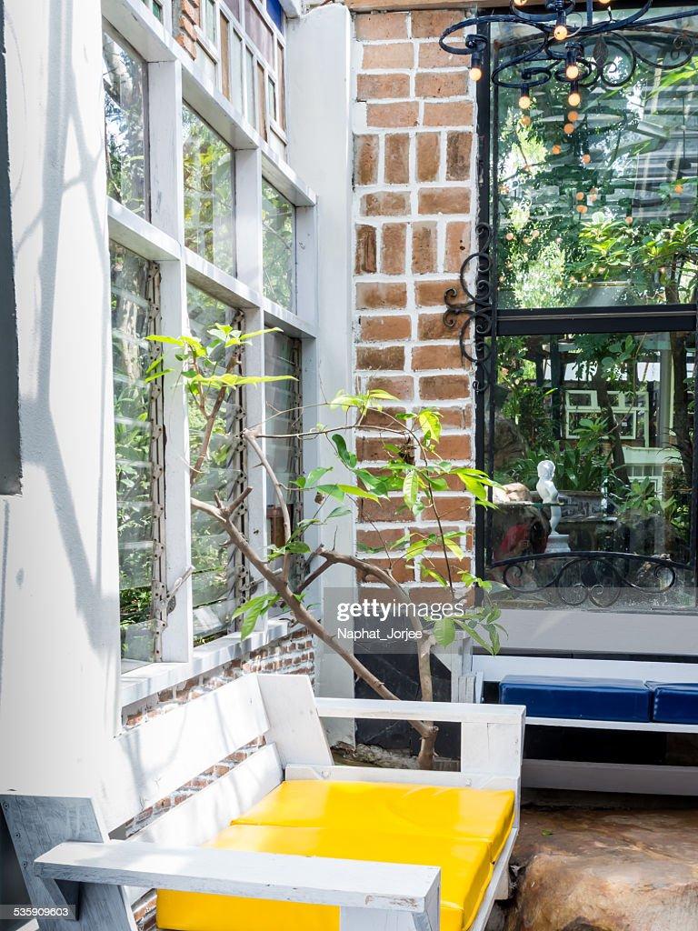 vintage interiores com parede de tijolo de madeira Cadeira de Braços : Foto de stock