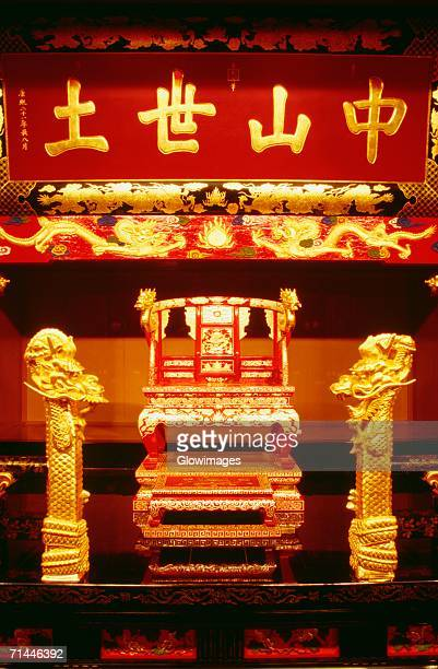interiors of a throne in a castle, ryukyu king's throne, shuri castle, naha, okinawa, japan - burg shuri stock-fotos und bilder