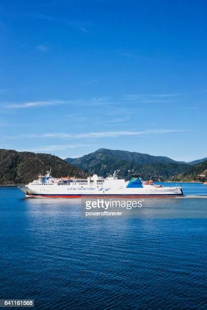 interislander ferry dans le détroit de cook, nouvelle-zélande - ferry photos et images de collection