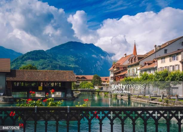interlaken little town with thun-river - switzerland fotografías e imágenes de stock