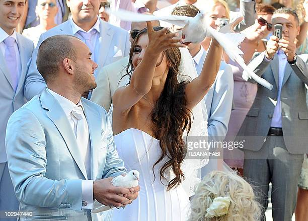 Inter-Milan's Dutch football player Wesley Sneijder and Dutch model Yolanthe Cabau free white doves outside the Church of San Giusto e Clemente in...