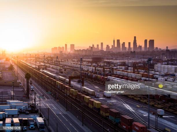 armazém intermodal com skyline de los angeles ao pôr do sol - distrito industrial - fotografias e filmes do acervo