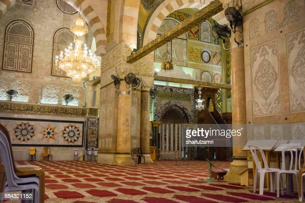 """baitulmuqaddis, palestine - 13th nov 2017; internal view of al-aqsa mosque, jerusalem. built in 691, where prophet mohamed ascended to heaven on an angel in his """"night journey"""" - shaifulzamri fotografías e imágenes de stock"""
