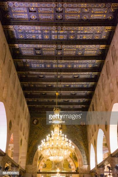 """baitulmuqaddis, palestine - 13th nov 2017; internal view of al-aqsa mosque, jerusalem. built in 691, where prophet mohamed ascended to heaven on an angel in his """"night journey"""". - shaifulzamri fotografías e imágenes de stock"""