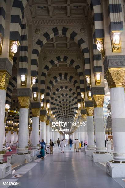 internal view of mosque al-nabawi in medina, saudi arabia. - shaifulzamri imagens e fotografias de stock