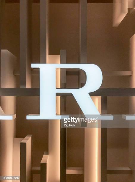 internally illuminated white capital letter r - letra r - fotografias e filmes do acervo