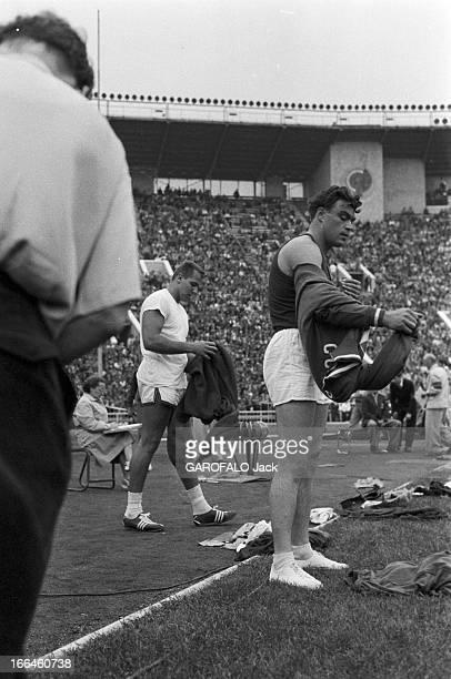 International Athletics Championship In Moscow Moscou 29 juillet 1958 Lors du match international d'athlétisme au stade Lénine deux athlètes retirant...