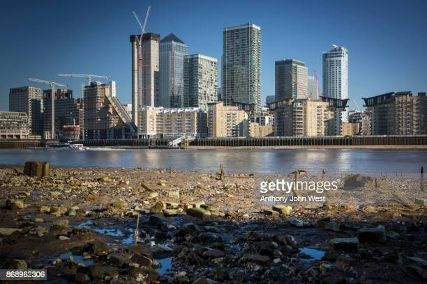 international banks at canary wharf, docklands from across the river thames at low tide, london - low tide stock pictures, royalty-free photos & images