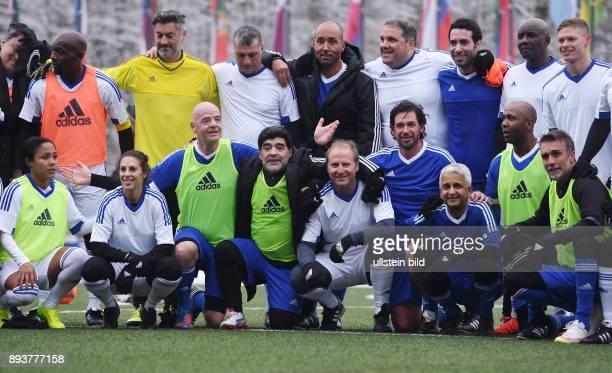 FIFA International beim Home of FIFA Legends Game 2017 Gruppenbild der Teams FIFA Praesident Gianni Infantino mit Diego Maradona Mohamed Aboutrika