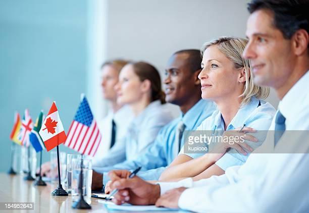 internacional de equipe de negócios em uma reunião - organização das nações unidas - fotografias e filmes do acervo