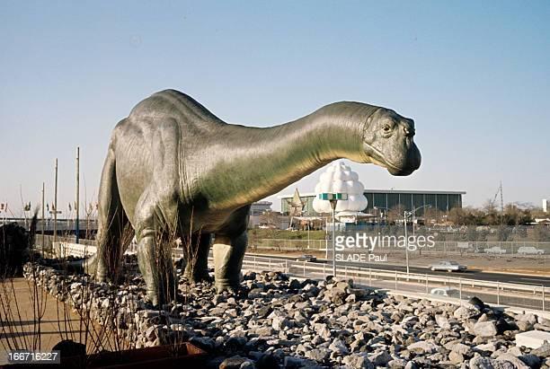 International Fair Of New York Aux EtatsUnis à New York en mai 1964 lors de la foire internationale un dinosaure en fibre de verre de 'Dino Land'