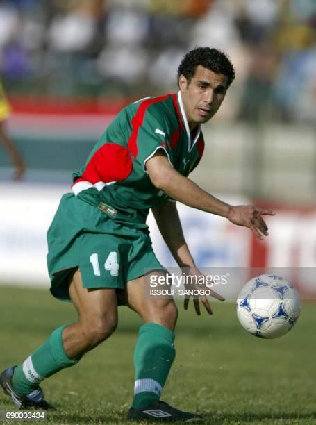 L'international Marocain Bassir SalahEddine contrôle un balon le 21 janvier 2002 lors du match MarocGhana au stade Amary Daou de Segou au Mali AFP...