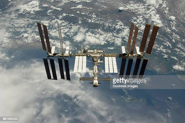 international space station backdropped against earth. - 宇宙ステーション ストックフォトと画像