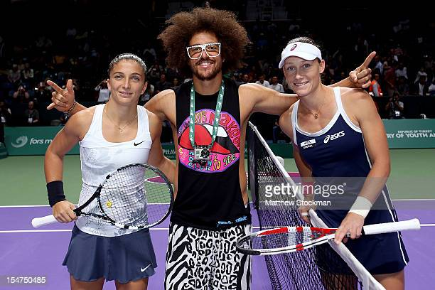 International superstar Red Foo poses with Sara Errani of Italy and Samantha Stosur of Australia after the coin toss for their match during the TEB...