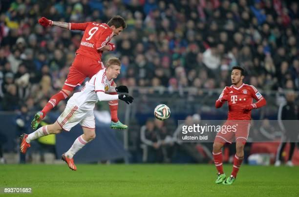 FUSSBALL International Testspiel 2013/2014 FC Red Bull Salzburg FC Bayern Muenchen Mario Mandzukic gegen Martin Hinteregger beobachtet vom Thiago...
