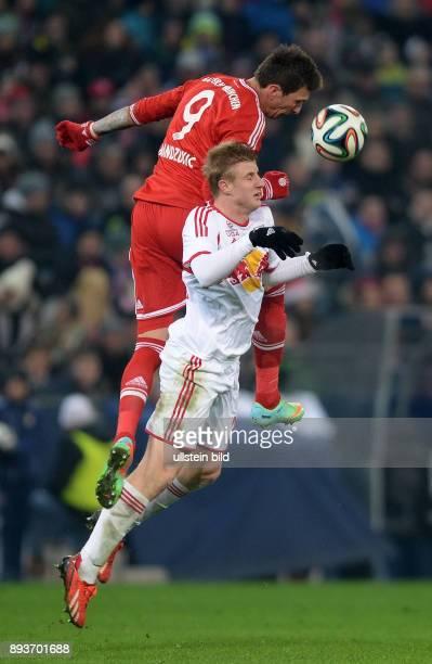 FUSSBALL International Testspiel 2013/2014 FC Red Bull Salzburg FC Bayern Muenchen Mario Mandzukic gegen Martin Hinteregger