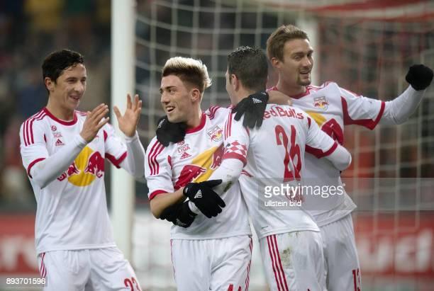 FUSSBALL International Testspiel 2013/2014 FC Red Bull Salzburg FC Bayern Muenchen Red Bull Salzburg Robert Zulj Kevin Kampl Jonatan Soriano und...