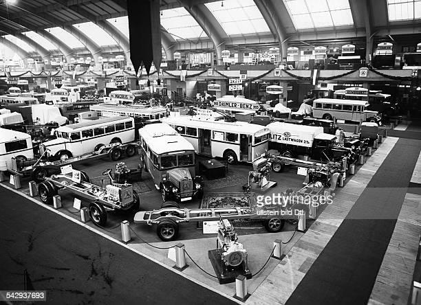Internationale Automobilausstellung Berlin 1931 Busse und LKW in einer Messehalle 1931Foto Atelier Badekow