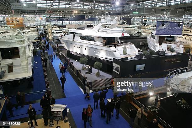 """Internationale Bootsmesse """"boot"""" in Düsseldorf ( - Blick über Motorboote in einer Ausstellungshalle"""