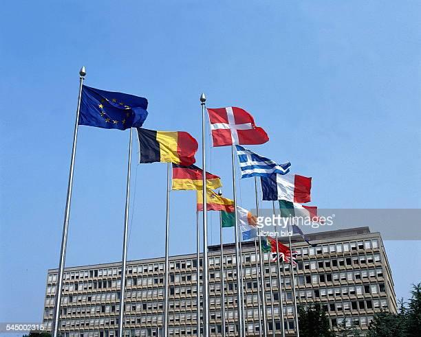 Internationale Fahnen vor demEuropazentrum 1997