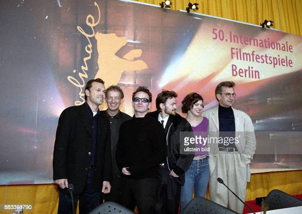 50 Internationale Filmfestspiele in Berlin Gruppenfoto mit dem Regisseur von 'The Million Dollar Hotel' nach der Pressekonferenz NN Ulrich Felsberg...