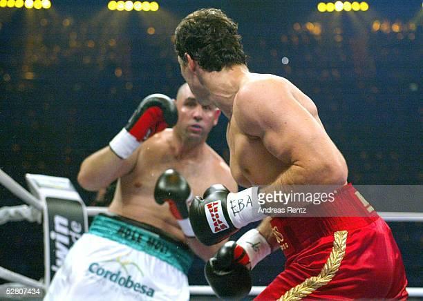 Internationale Meisterschaft 2003 Schwergewicht Muenchen Wladimir KLITSCHKO Fabio MOLI Wladimir KLITSCHKO schlaegt mit der rechten den Argentinier in...