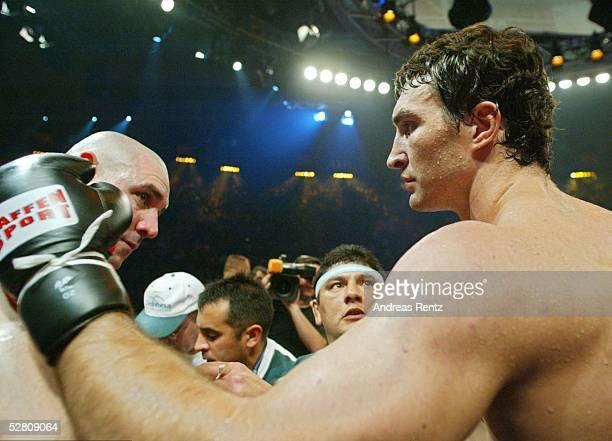 Internationale Meisterschaft 2003 Schwergewicht Muenchen Wladimir KLITSCHKO Fabio MOLI Wladimir KLITSCHKO troestet den Argentinier Fabio MOLI nach...