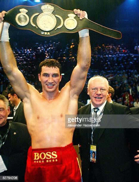 WBA internationale Meisterschaft im Schwergewicht 2003 Kiel Wladimir KLITSCHKO/UKR Danell NICHOLSON/USA Wladimir KLITSCHKO/UKR mit seinem Promoter...