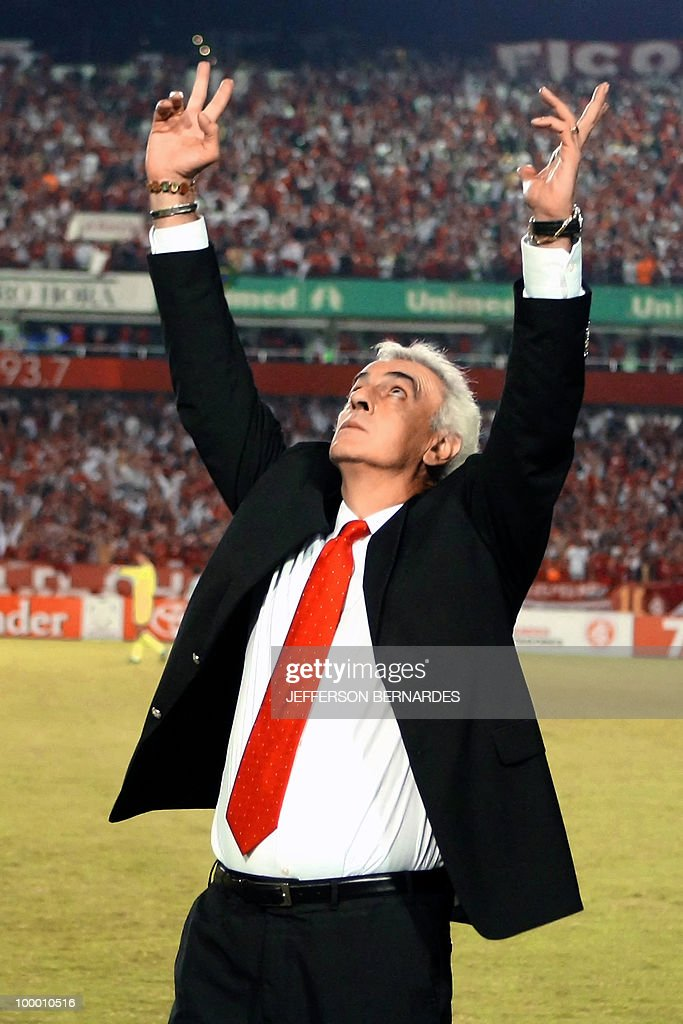International's head coach Jorge Fossati gestures after defeating Banfield by 2-0 in their Libertadores Cup match on May 6, 2010 at Beira Rio Stadium in Porto Alegre, Brazil.AFP PHOTO/Jefferson BERNARDES